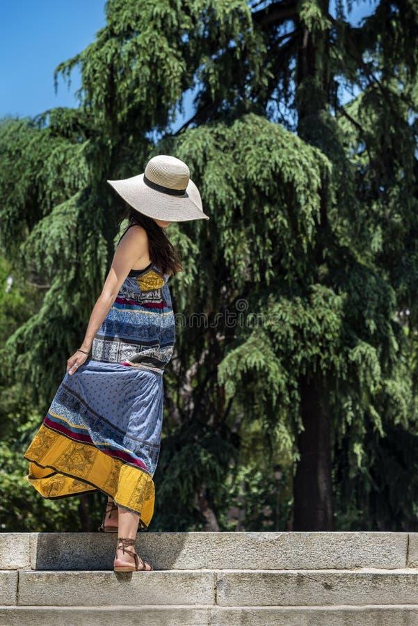 Bella giovane donna con le stelle rampicanti di un cappello di paglia immagine stock libera da diritti