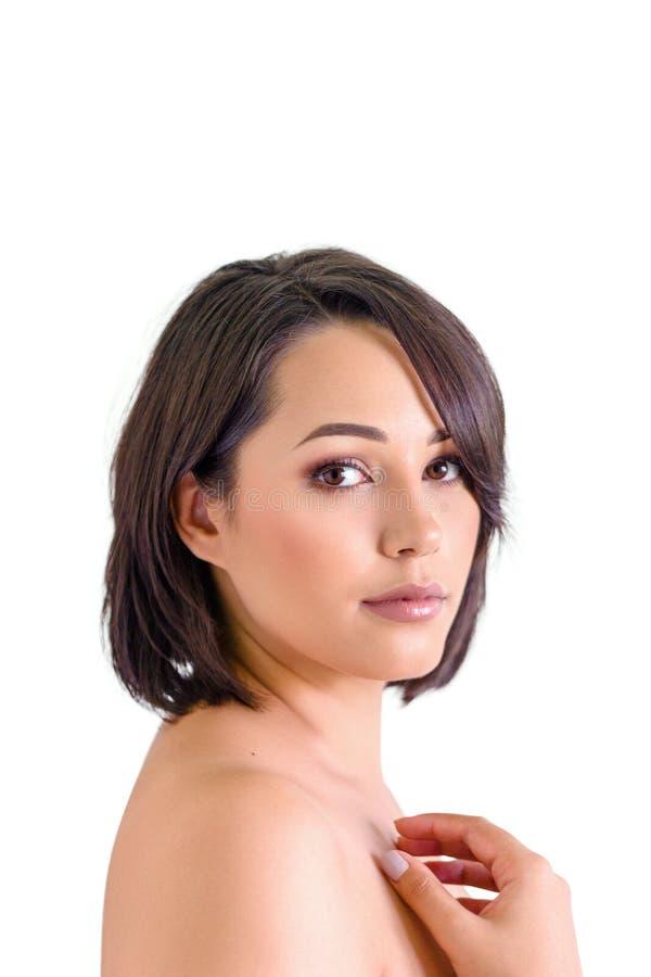 Bella giovane donna con pelle perfetta isolata su bianco immagine stock