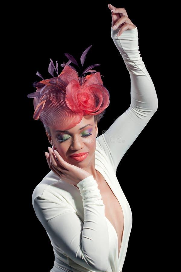 Bella giovane donna con portare un cappello alla moda fotografia stock