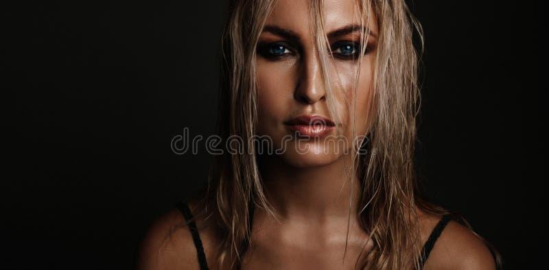Bella giovane donna con trucco bagnato di sguardo immagine stock libera da diritti