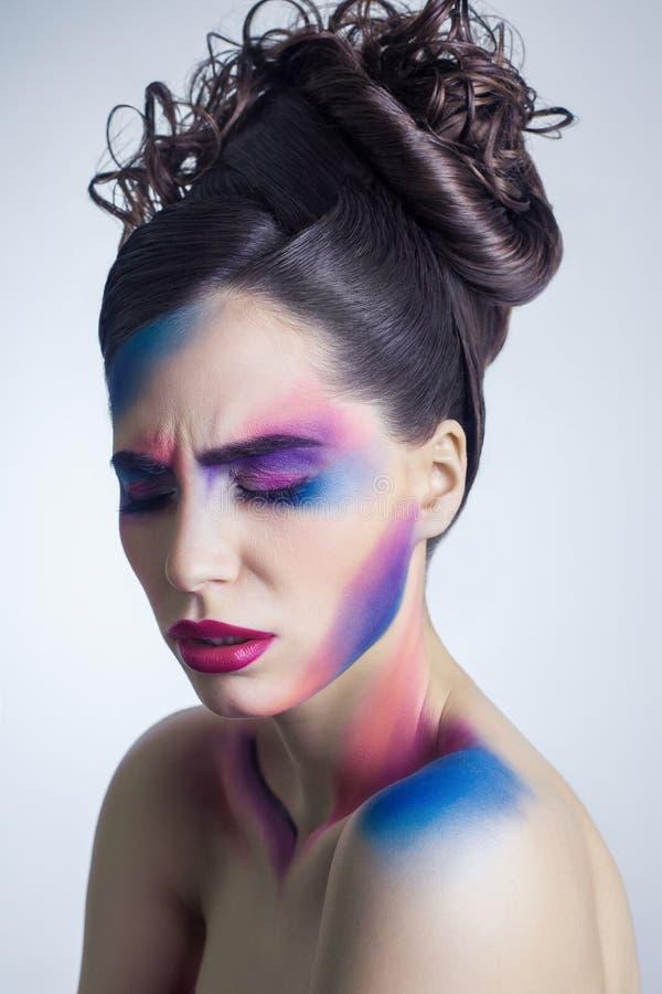 Bella giovane donna con trucco colorato creativo e acconciatura raccolta riccia e corpo colorato dipinto immagine stock libera da diritti
