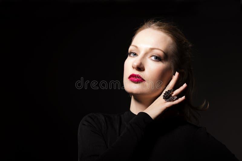 Bella giovane donna con trucco luminoso fotografie stock