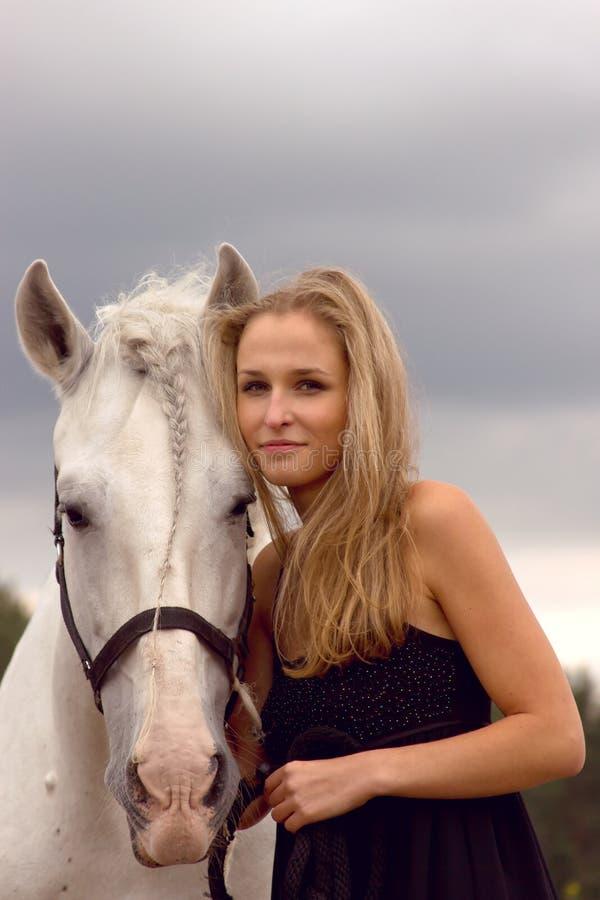 Bella giovane donna con un cavallo immagini stock libere da diritti