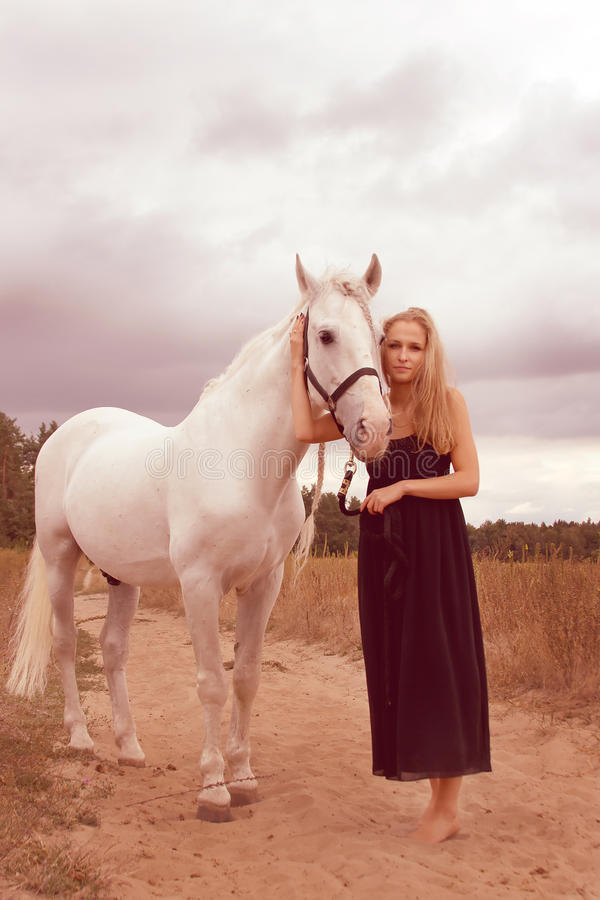Bella giovane donna con un cavallo fotografie stock libere da diritti