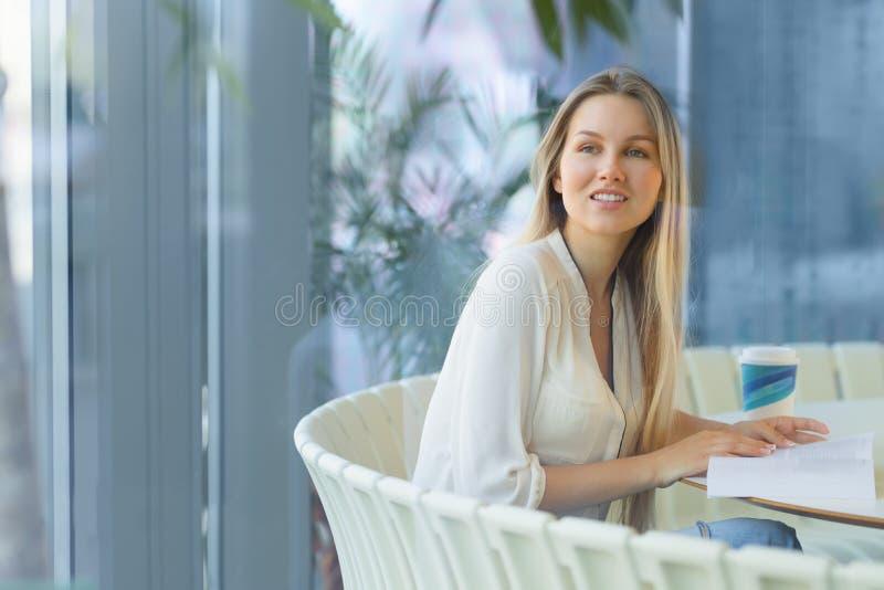 Bella giovane donna con un libro immagine stock