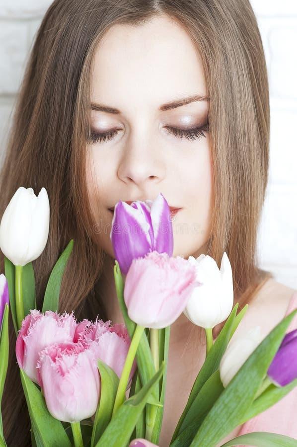 Bella giovane donna con un mazzo del primo piano dei tulipani immagini stock libere da diritti