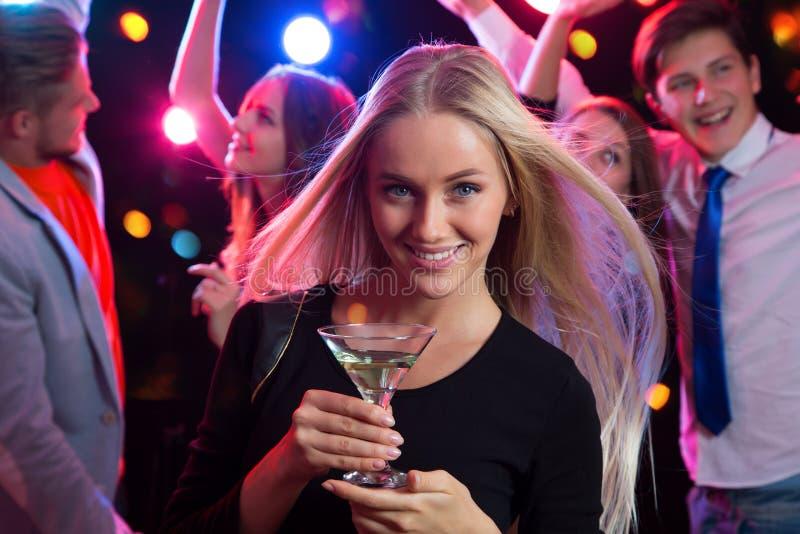 Bella giovane donna con un vetro di vino fotografie stock