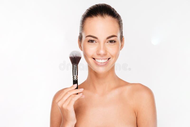 Bella giovane donna con una spazzola di trucco fotografie stock libere da diritti