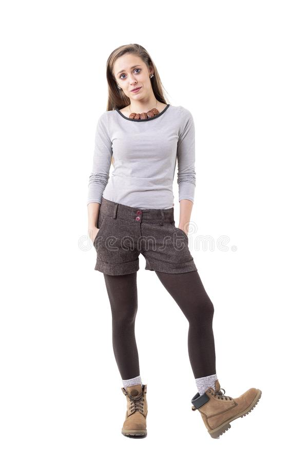 Bella giovane donna confusa dei pantaloni a vita bassa che indossa i vestiti alla moda della seconda mano immagini stock