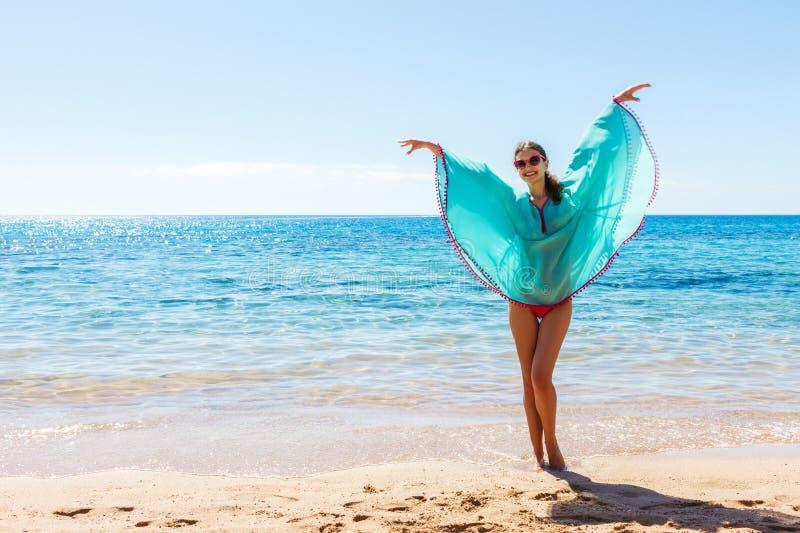 Bella giovane donna in costume da bagno sulla spiaggia fotografie stock libere da diritti