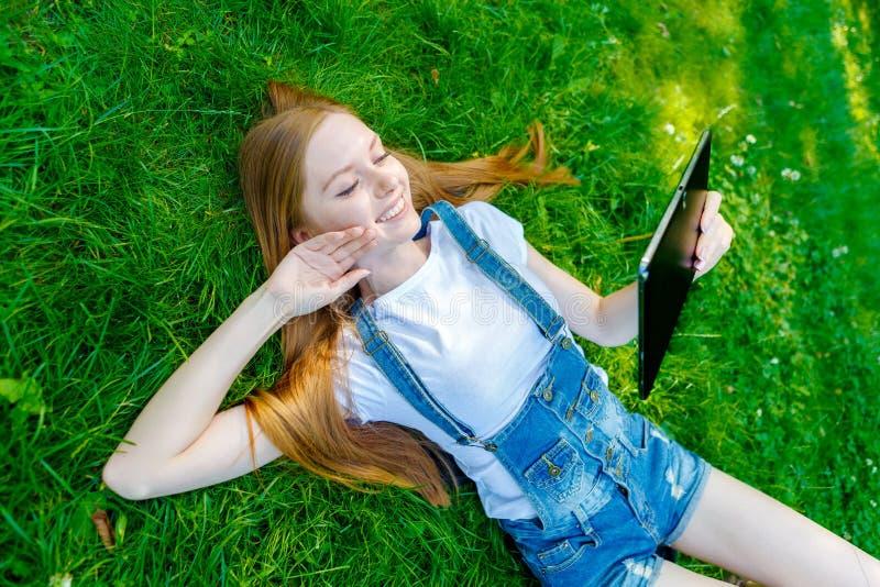 Download Bella Giovane Donna Dai Capelli Rossi Sorridente Fotografia Stock - Immagine di svago, campo: 56877802