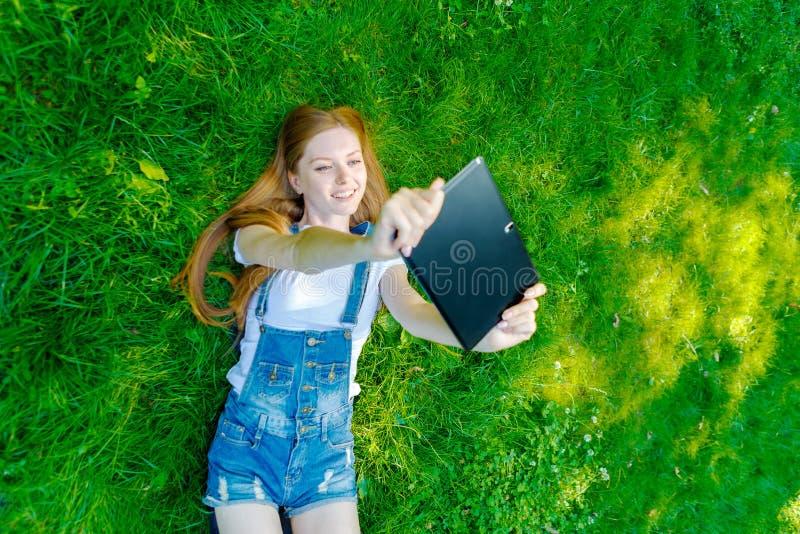 Download Bella Giovane Donna Dai Capelli Rossi Sorridente Immagine Stock - Immagine di femmina, caucasico: 56877867