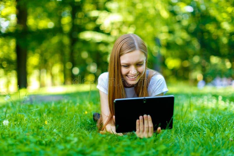 Download Bella Giovane Donna Dai Capelli Rossi Sorridente Fotografia Stock - Immagine di erba, femmina: 56878716
