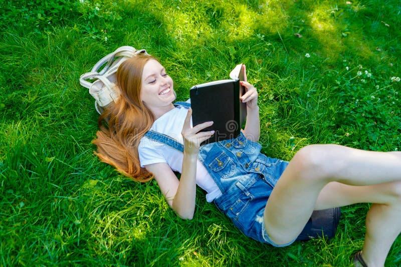 Download Bella Giovane Donna Dai Capelli Rossi Sorridente Immagine Stock - Immagine di allegro, bellezza: 56878947