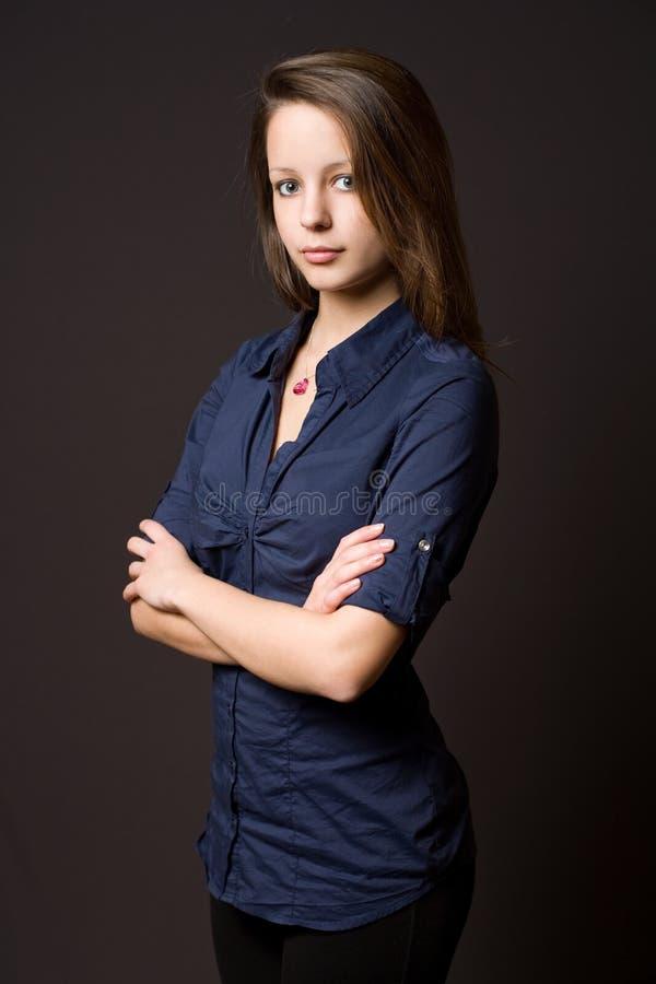 Bella giovane donna del brunette. immagini stock