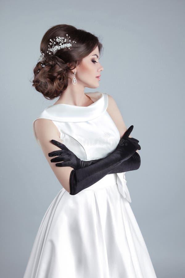 Bella giovane donna della sposa che posa in vestito da sposa isolato sopra immagini stock libere da diritti