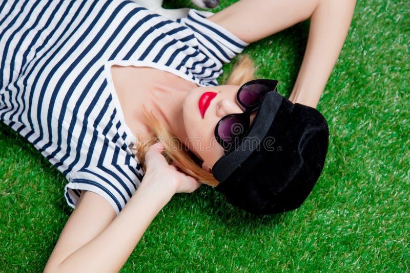 Bella giovane donna della testarossa in cappello ed occhiali da sole fotografia stock libera da diritti