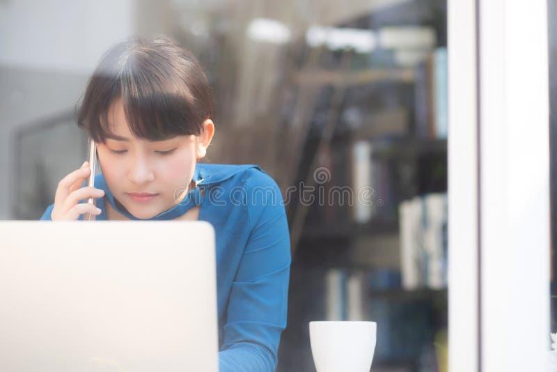 Bella giovane donna di affari asiatica emozionante e felice del lavoro di successo con il computer portatile, ragazza che prende  fotografia stock