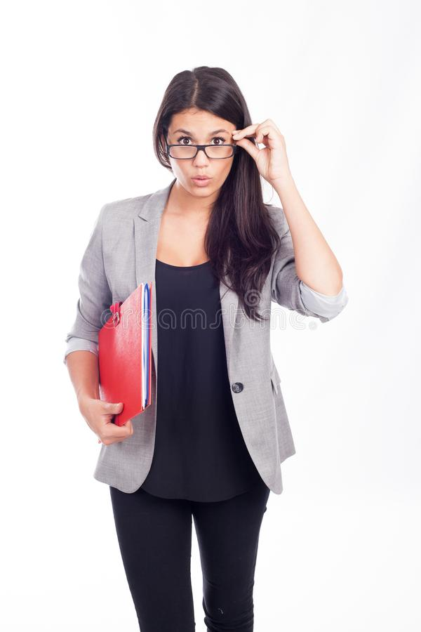 Bella giovane donna di affari che è sorpresa con una cartella rossa immagini stock