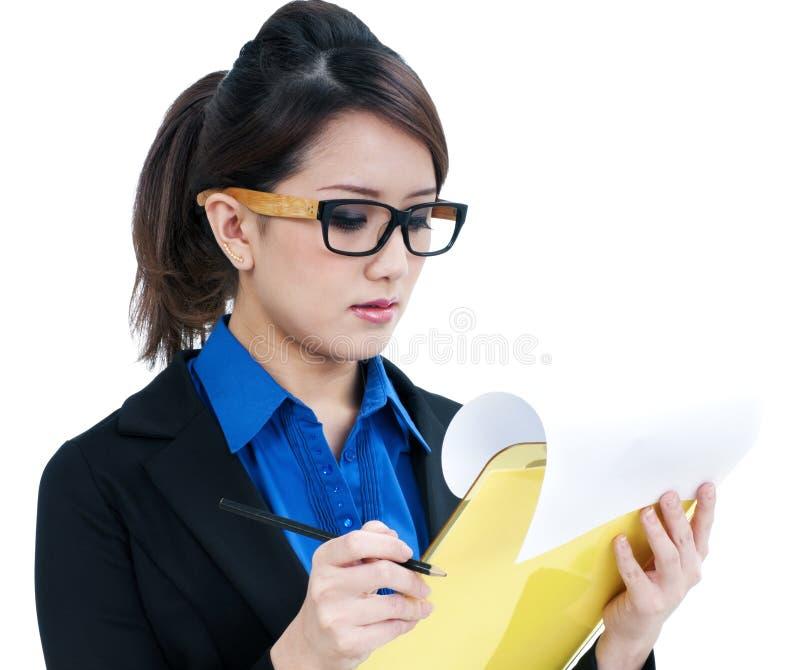 Bella giovane donna di affari che esamina appunti immagini stock