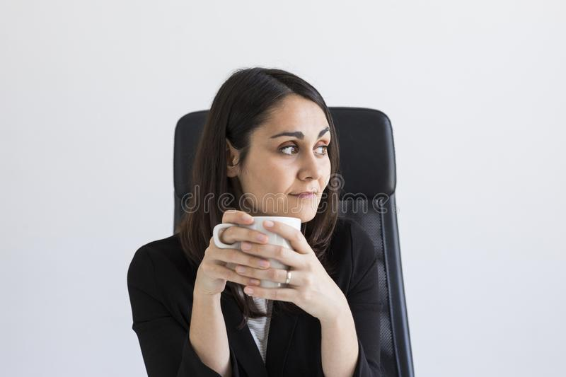 bella giovane donna di affari che tiene una tazza di caffè Concetto di affari lifestyle all'interno immagini stock libere da diritti