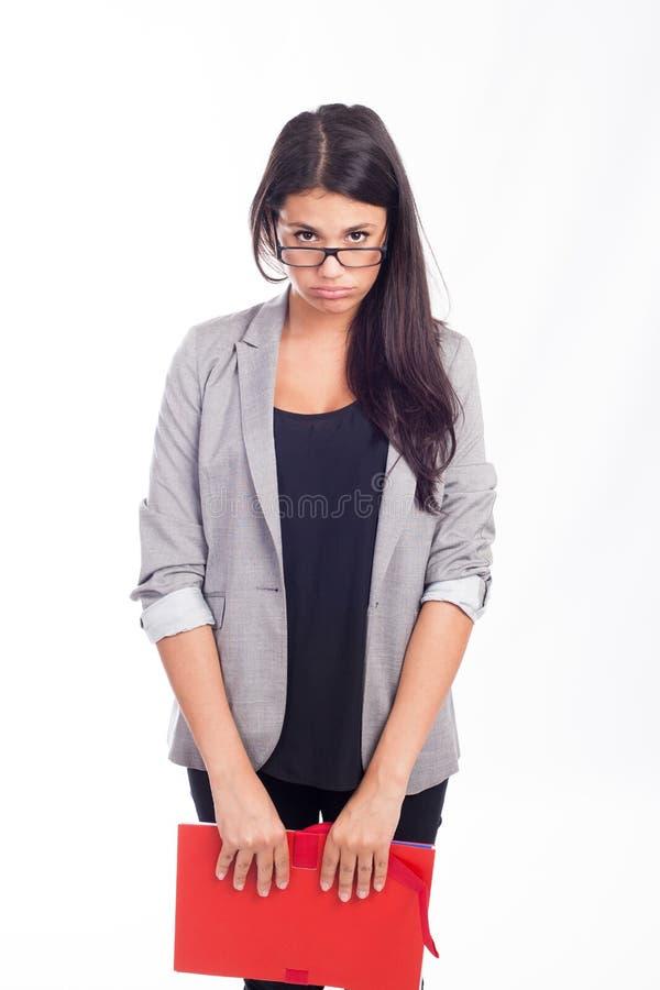 Bella giovane donna di affari stanca con una cartella rossa fotografie stock libere da diritti