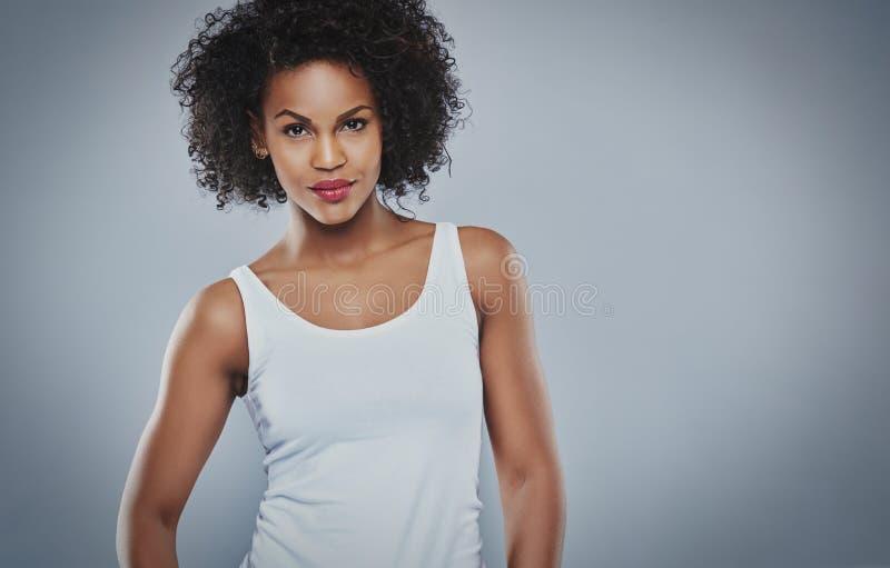 Bella giovane donna di colore dura fotografia stock libera da diritti