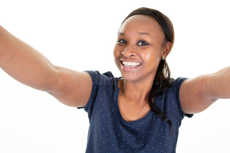 Bella giovane donna di colore graziosa che prende selfie fotografia stock
