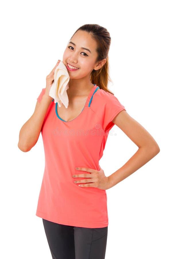 Bella giovane donna di sport con l'asciugamano fotografia stock libera da diritti