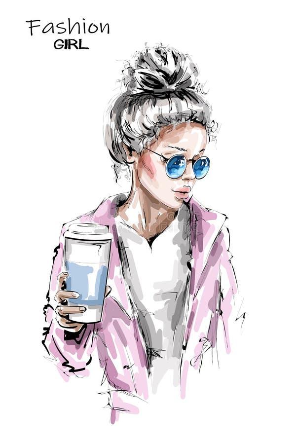 Bella giovane donna disegnata a mano che tiene la tazza di caffè di plastica Ragazza alla moda dei capelli biondi Sguardo della d royalty illustrazione gratis