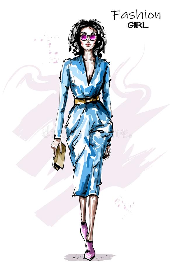 Bella giovane donna disegnata a mano con la borsa Attrezzatura alla moda della ragazza Donna di modo in occhiali da sole royalty illustrazione gratis