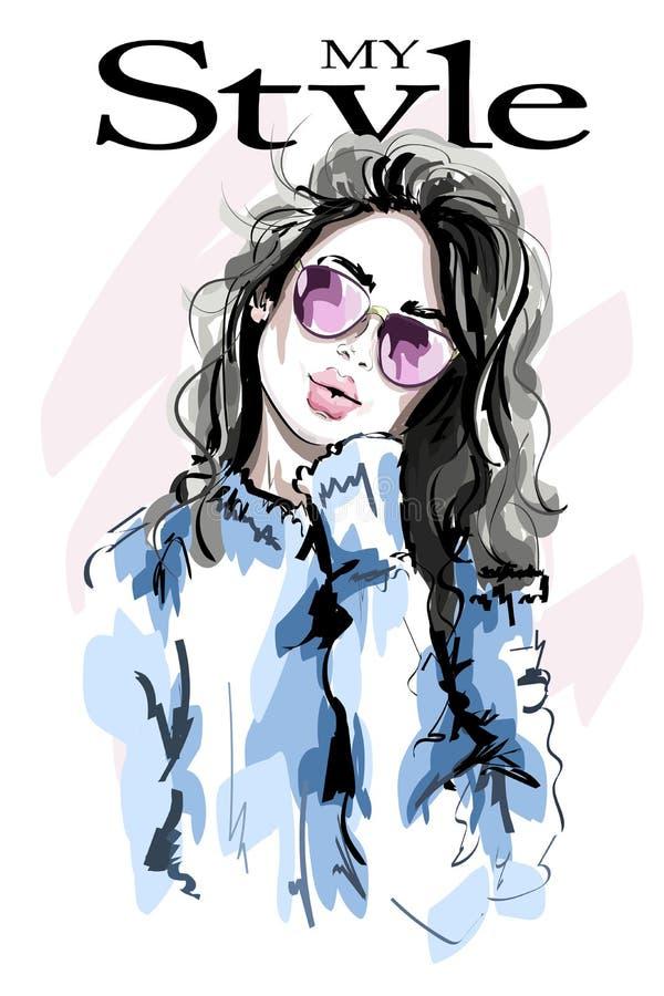 Bella giovane donna disegnata a mano in occhiali da sole Donna di modo abbozzo royalty illustrazione gratis