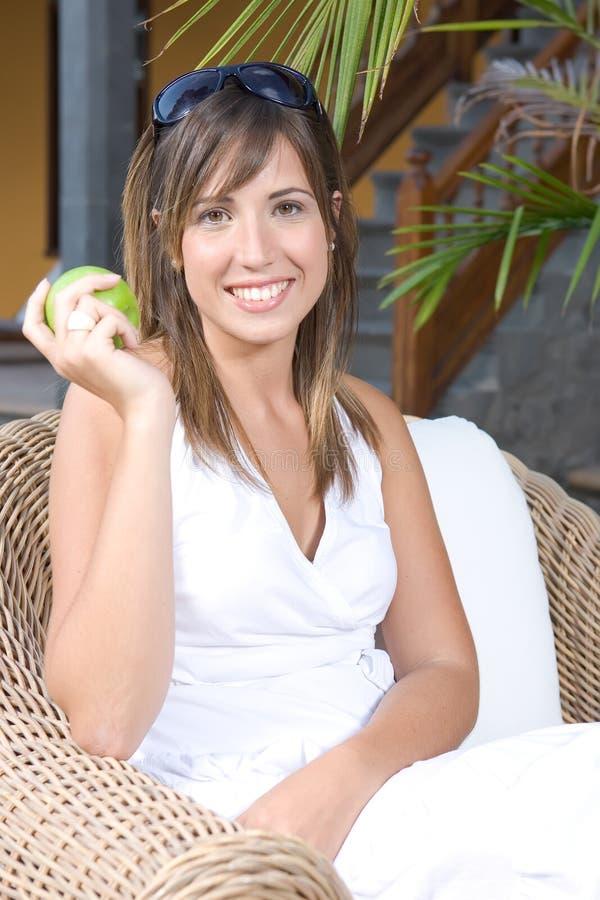 Bella giovane donna distesa mangiando una mela fotografia stock libera da diritti