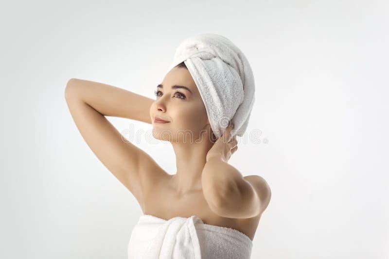 Bella giovane donna dopo il bagno su fondo bianco immagini stock