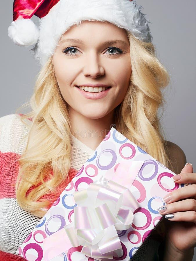 Bella giovane donna felice in cappello di Santa Claus fotografie stock
