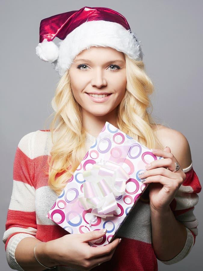 Bella giovane donna felice in cappello di Santa Claus fotografia stock libera da diritti