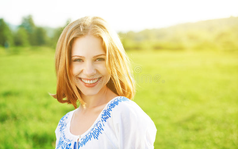 Bella giovane donna felice che ride e che sorride sulla natura fotografie stock