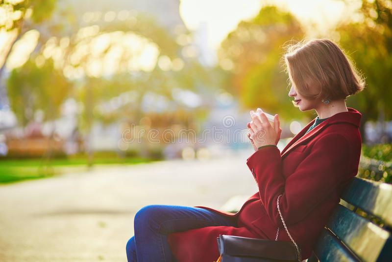 Bella giovane donna francese vicino alla torre Eiffel a Parigi immagini stock