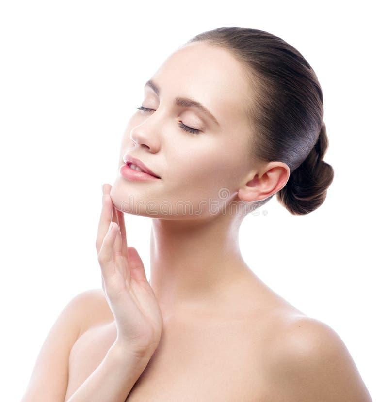 Bella giovane donna isolata su priorità bassa bianca Donna del modello di bellezza della stazione termale, pulizia perfetta, prim immagini stock libere da diritti