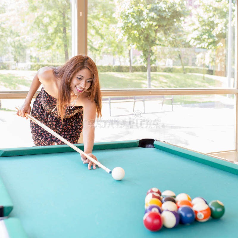 Bella giovane donna latina sorridente che gioca stagno fotografia stock