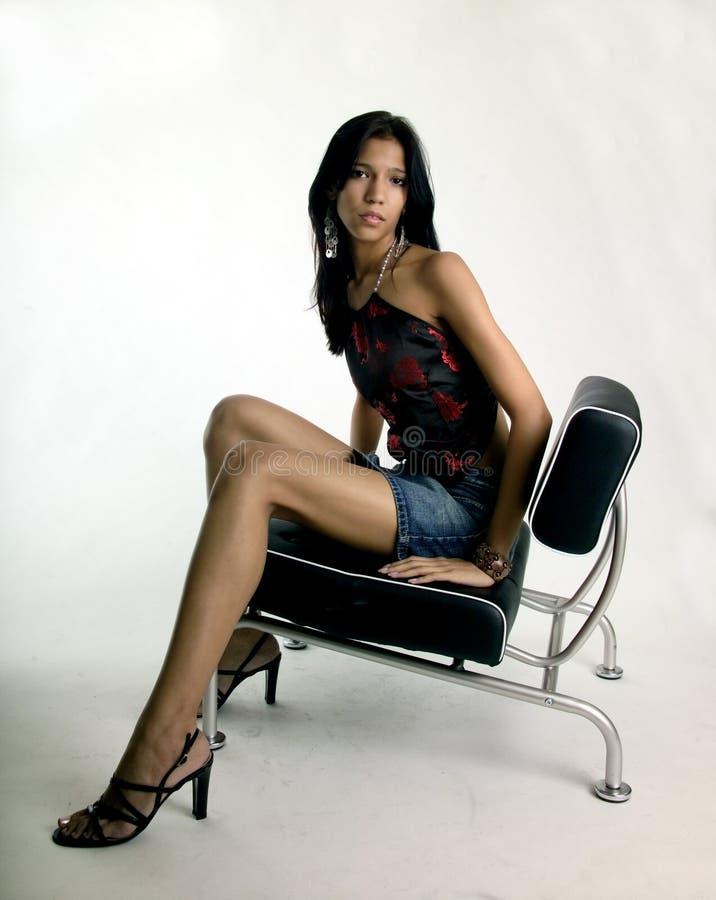Bella giovane donna messa fotografia stock libera da diritti