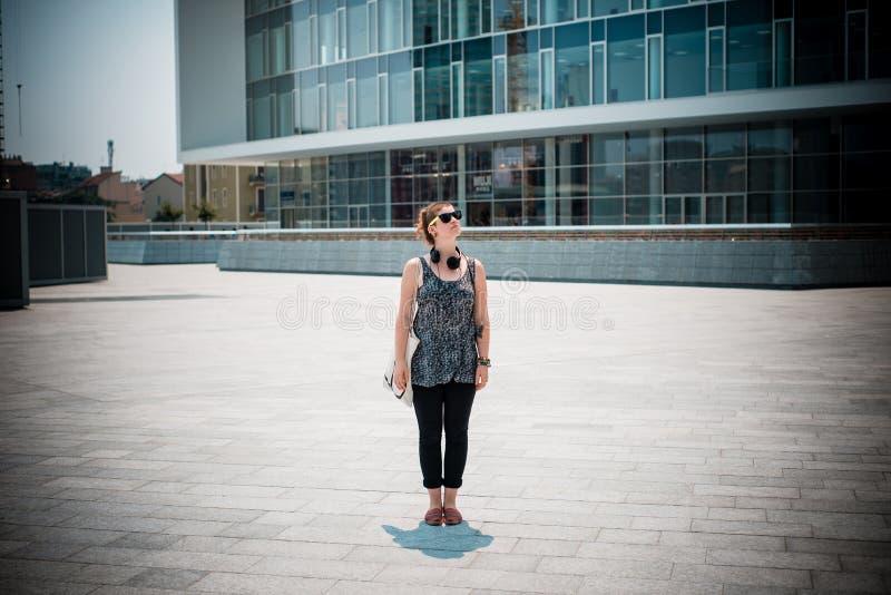 Bella giovane donna moderna alla moda fotografia stock libera da diritti