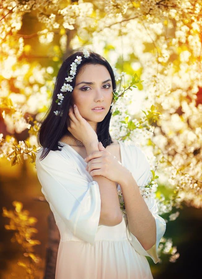 Bella giovane donna nel giardino di estate fotografia stock libera da diritti