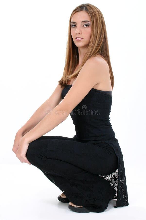 Bella giovane donna nel nero sopra bianco immagine stock libera da diritti