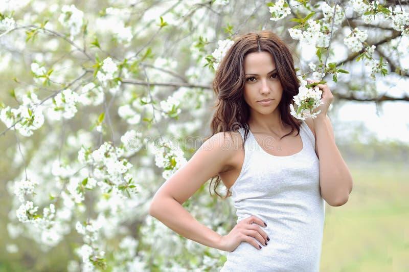 Bella giovane donna nel parco Ritratto esterno fotografie stock libere da diritti