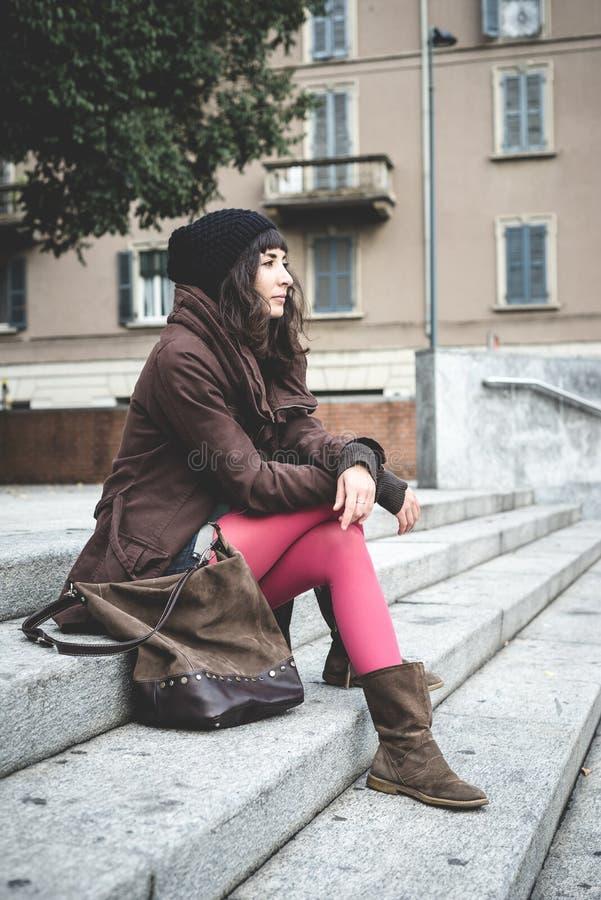 Bella giovane donna nella città fotografia stock