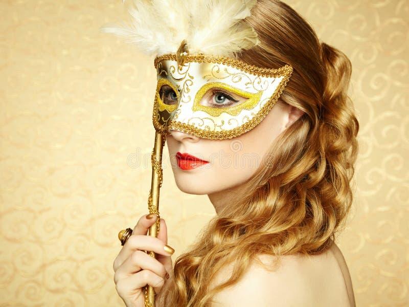 Bella giovane donna nella maschera veneziana dorata misteriosa immagini stock libere da diritti
