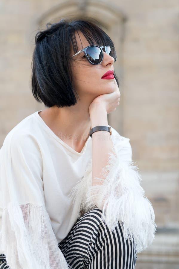 Bella giovane donna nella posa di modo in plaza francese tipica a Parigi fotografie stock