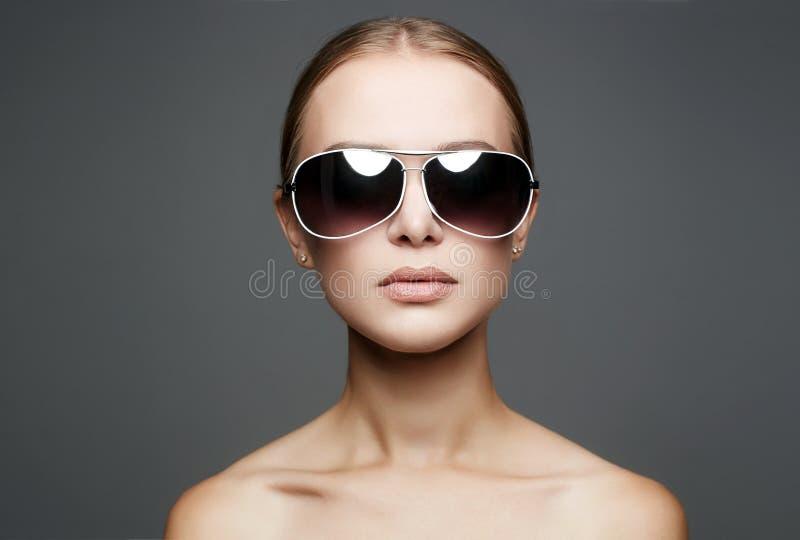 Bella giovane donna in occhiali da sole immagine stock libera da diritti