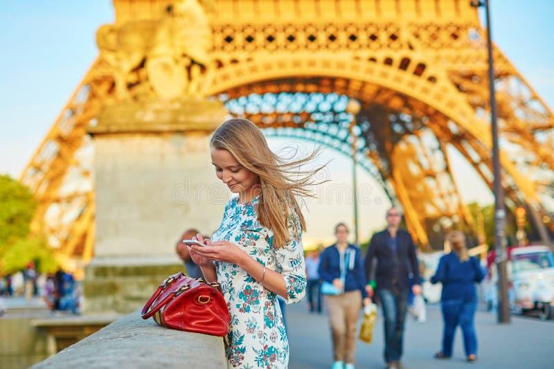 Bella giovane donna a Parigi fotografie stock libere da diritti
